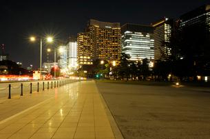夜の石畳の歩道と丸の内の高層ビル群の写真素材 [FYI03825249]