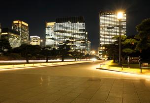 夜の石畳の歩道と丸の内の高層ビル群の写真素材 [FYI03825250]