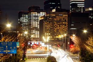 夜の内堀通りと都心のビル群の写真素材 [FYI03825251]