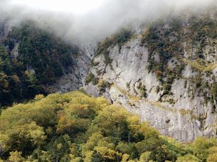 霧の屏風岩の写真素材 [FYI03825400]