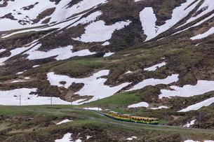 スイスの登山鉄道、ヴェンゲルンアルプ鉄道の写真素材 [FYI03825407]