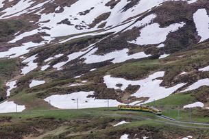 スイスの登山鉄道、ヴェンゲルンアルプ鉄道の写真素材 [FYI03825409]