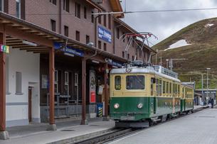 スイスの登山鉄道、ヴェンゲルンアルプ鉄道の写真素材 [FYI03825420]