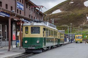 スイスの登山鉄道、ヴェンゲルンアルプ鉄道の写真素材 [FYI03825421]