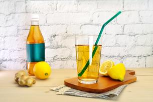 テーブルの上のジンジャーエールとレモンの写真素材 [FYI03825424]