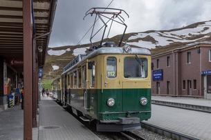 スイスの登山鉄道、ヴェンゲルンアルプ鉄道の写真素材 [FYI03825428]