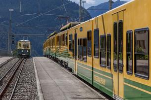 スイスの登山鉄道、ヴェンゲルンアルプ鉄道の写真素材 [FYI03825433]
