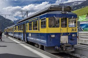 スイスの登山鉄道、ベルナーオーバーラント鉄道の写真素材 [FYI03825435]