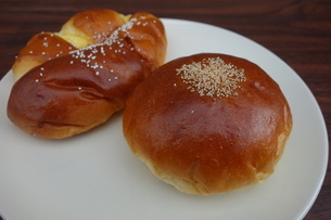 皿の上のアンパンとクリームパンの写真素材 [FYI03825442]
