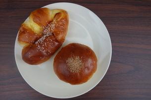 皿の上のアンパンとクリームパンの写真素材 [FYI03825443]