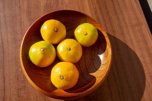 木製の器に入った蜜柑の写真素材 [FYI03825453]