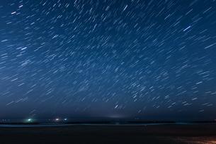 20分間の星の軌跡(仙台荒浜海岸)の写真素材 [FYI03825466]