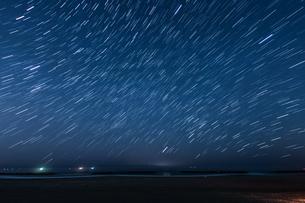 30分間の星の軌跡(仙台荒浜海岸)の写真素材 [FYI03825470]