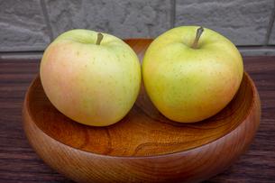 木製の器に入った青森産のリンゴの写真素材 [FYI03825473]