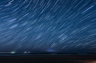 70分間の星の軌跡(仙台荒浜海岸)の写真素材 [FYI03825474]