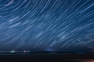 90分間の星の軌跡(仙台荒浜海岸)の写真素材 [FYI03825479]