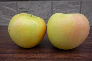 木製のテーブルの上の青森産のリンゴの写真素材 [FYI03825480]