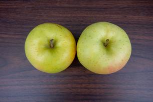 木製のテーブルの上の青森産のリンゴの写真素材 [FYI03825482]