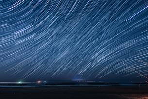 110分間の星の軌跡(仙台荒浜海岸)の写真素材 [FYI03825483]