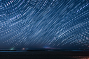 120分間の星の軌跡(仙台荒浜海岸)の写真素材 [FYI03825487]