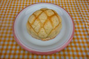 皿の上のメロンパンの写真素材 [FYI03825488]