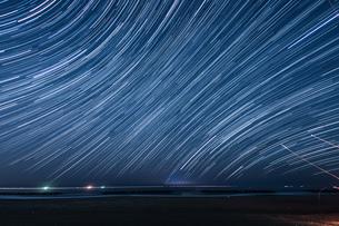 130分間の星の軌跡(仙台荒浜海岸)の写真素材 [FYI03825491]