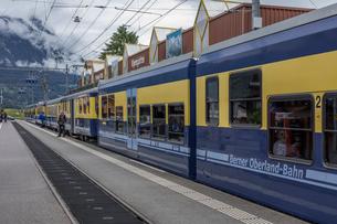 スイスの登山鉄道、ベルナーオーバーラント鉄道の写真素材 [FYI03825499]