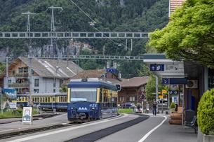 スイスの登山鉄道、ベルナーオーバーラント鉄道の写真素材 [FYI03825503]