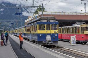 スイスの登山鉄道、ベルナーオーバーラント鉄道の写真素材 [FYI03825506]