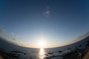 静かな海の夕暮れの写真素材 [FYI03825544]