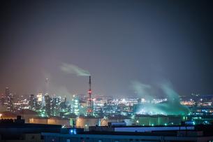 川崎マリエン(神奈川県川崎市)から見える京浜工業地帯の写真素材 [FYI03825666]
