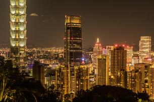 台北の象山から見える台北の夜景の写真素材 [FYI03825670]