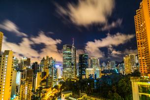 香港特別行政区の高層ビル群の夜景の写真素材 [FYI03825731]