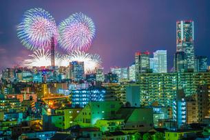 横浜の街並みと花火(みなとみらいスマートフェスティバル)の写真素材 [FYI03825892]