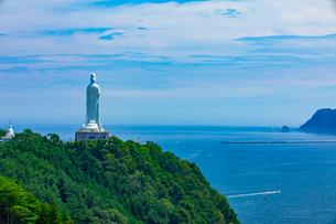 太平洋をを見つめる釜石大観音の写真素材 [FYI03825975]
