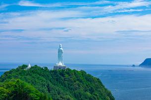太平洋をを見つめる釜石大観音の写真素材 [FYI03825976]