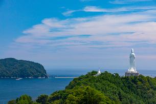 太平洋をを見つめる釜石大観音の写真素材 [FYI03825977]