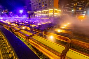 ライトアップされた草津温泉の湯畑の写真素材 [FYI03825985]