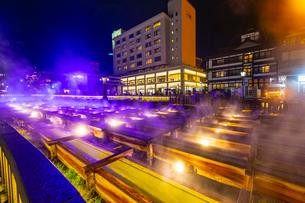 ライトアップされた草津温泉の湯畑の写真素材 [FYI03825986]