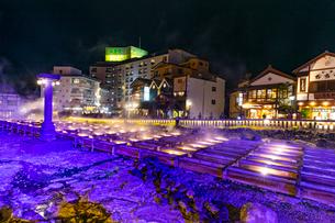 ライトアップされた草津温泉の湯畑の写真素材 [FYI03825987]