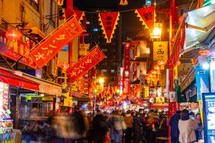 賑やかな夜の神戸の中華街の写真素材 [FYI03826009]