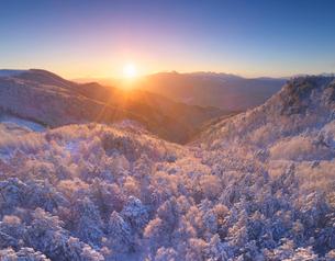 霧氷の樹林と朝日と富士山と八ヶ岳連峰の写真素材 [FYI03826204]