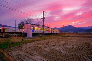舞田駅に停車した別所線の電車と夕焼けの写真素材 [FYI03826226]
