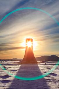 美しの塔と雪原と朝日のレンズハローの写真素材 [FYI03826283]