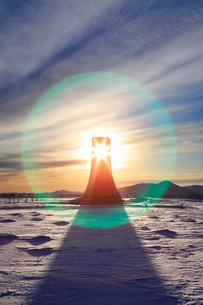 美しの塔と雪原と朝日のレンズハローの写真素材 [FYI03826284]