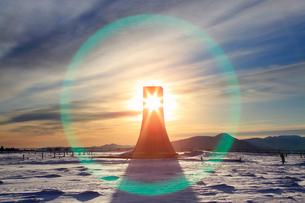 美しの塔と雪原と朝日のレンズハローの写真素材 [FYI03826285]