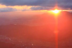 十観山から望むサンピラーと青木村と塩田平と雲間の朝日の写真素材 [FYI03826322]