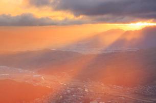 十観山から望むサンピラーと青木村と塩田平と朝日の光芒の写真素材 [FYI03826324]