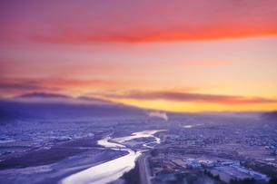 千曲公園から望む上田市街と千曲川と朝焼けのミニチュア風景の写真素材 [FYI03826325]