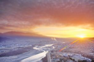 千曲公園から望む上田市街と千曲川と朝日のミニチュア風景の写真素材 [FYI03826326]